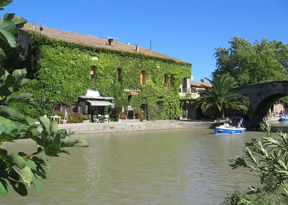 Der Canal du Midi ist 240km lang. Er verbindet Toulouse mit dem Mittelmeer bei Sète