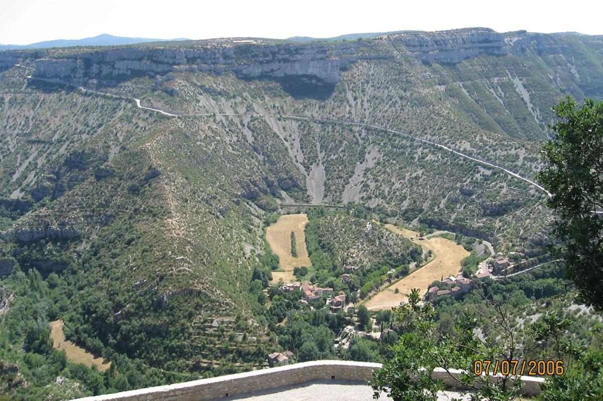 Cirque de Navacelles - Von einem Aussichtspunkt über dem Cirque de Navacelles geht es 400 Meter in die Tiefe, wo sich der kleine Fluss Vis schlängelt