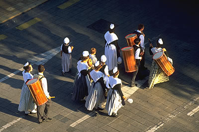 Folkloristischer Umzug in traditionellen Kostümen im Languedoc-Roussillon. Es ist ein typisches Fest im Languedoc