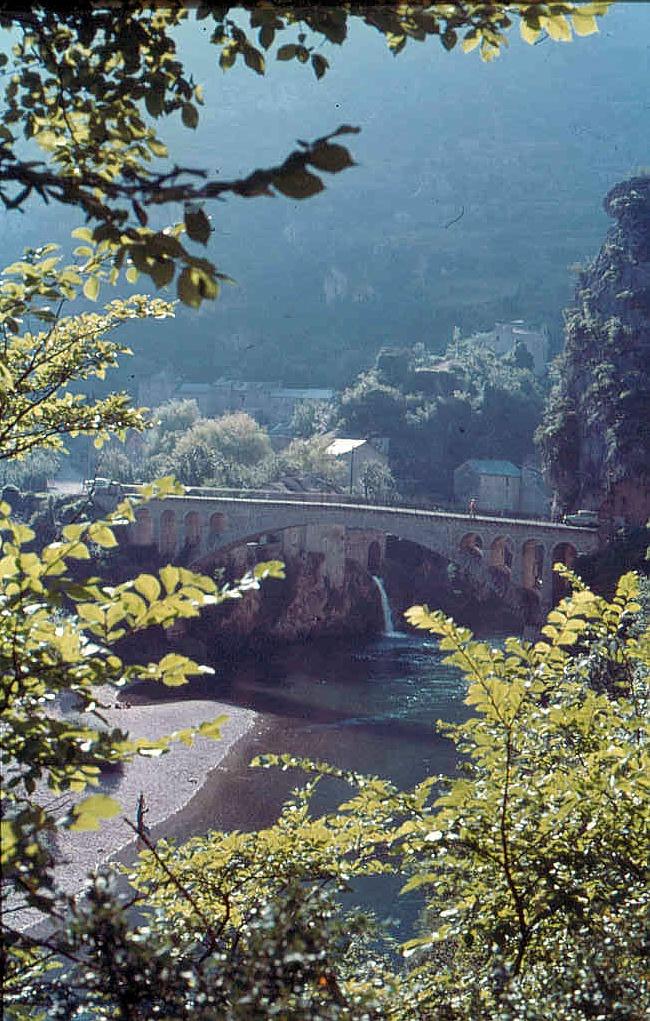 Die Gorges du Tarn mit dem Dorf Saint-Chély-du-Tarn in  Languedoc-Roussillon. Ein beeindruckender Blick auf das Tal.
