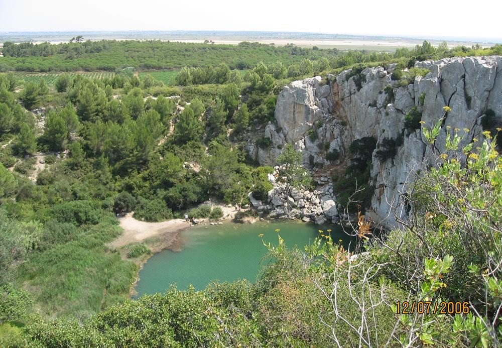 Der kleine See Gouffre de l'Oeil-Doux bei St-Pierre sur Mer ist gut versteckt und nicht leicht zu finden, dafür lohnt es sich aber.