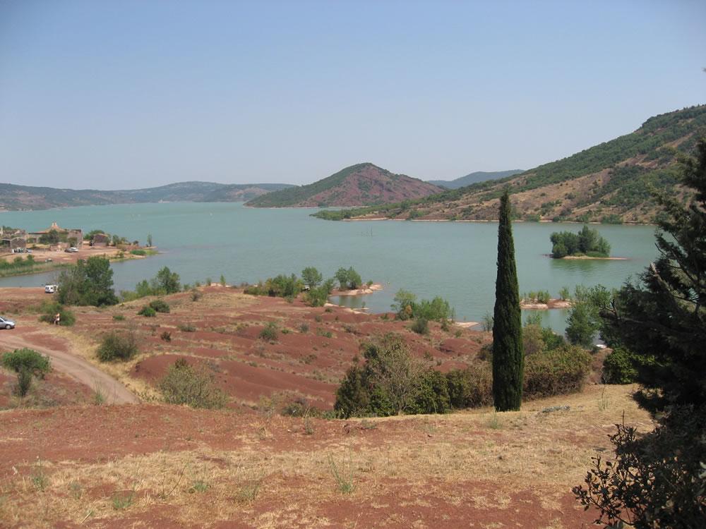Der französische Stausee Lac du Salagou liegt inmitten des Département Hérault mit Blick auf Celles
