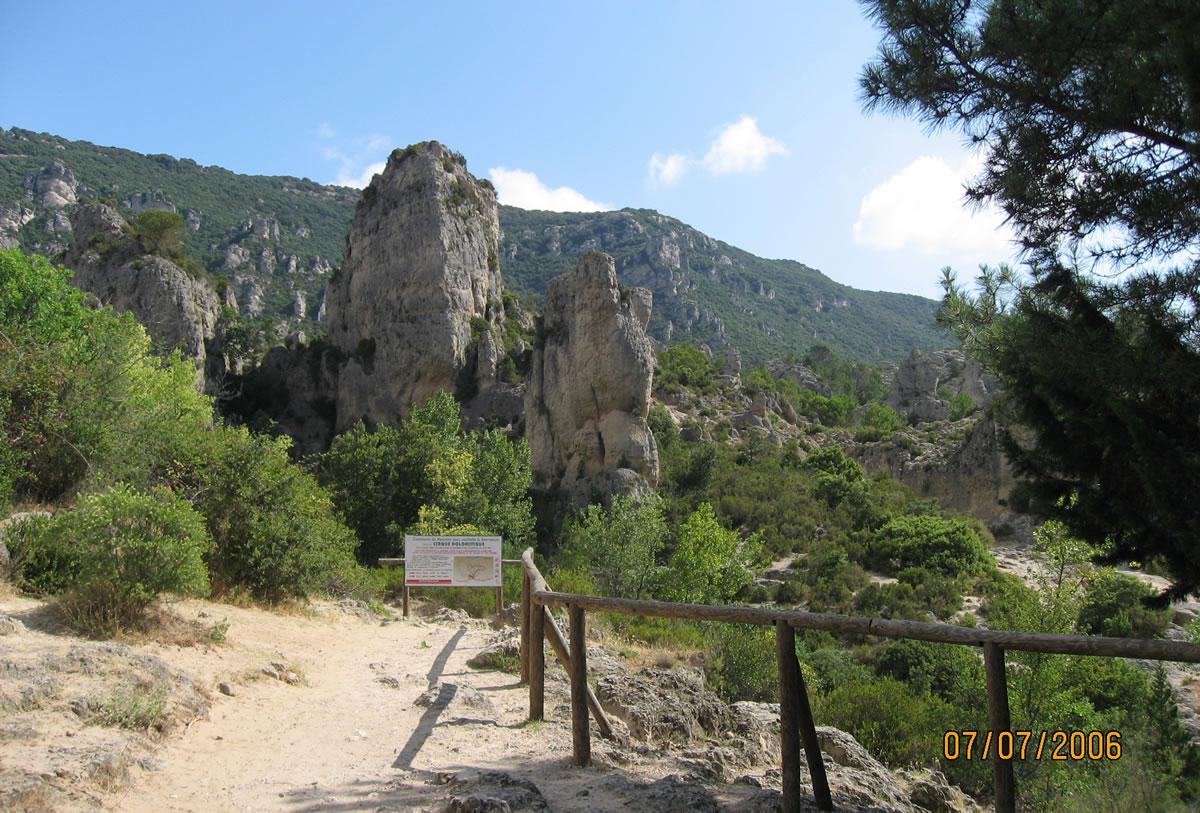 Cirque de Mourèze, Dolomitensteine und verwitterte Kalksteinfelsen die kurios und wie eine Ruinenlandschaften aussehen.
