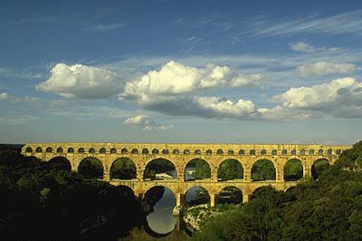 Römische Aquäduktbrücke. Der Pont du Gard ist eine der am besten erhaltenen Wasserkanäle aus der Römerzeit.