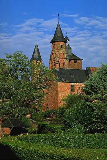 Im Zentrum von Collonges la Rouge ragt die im 15. Jahrhundert erbaute Kirche Saint-Pierre mit ihrem Turm und dem Wachturm empor.
