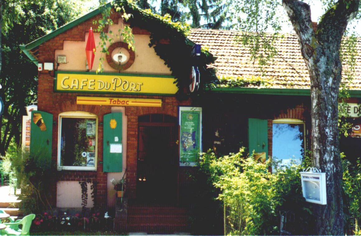 Das Café du port in Mittersheim, Lothringen. Von hier aus starten viele Hausbootfahrten von Mittersheim bis Saverne