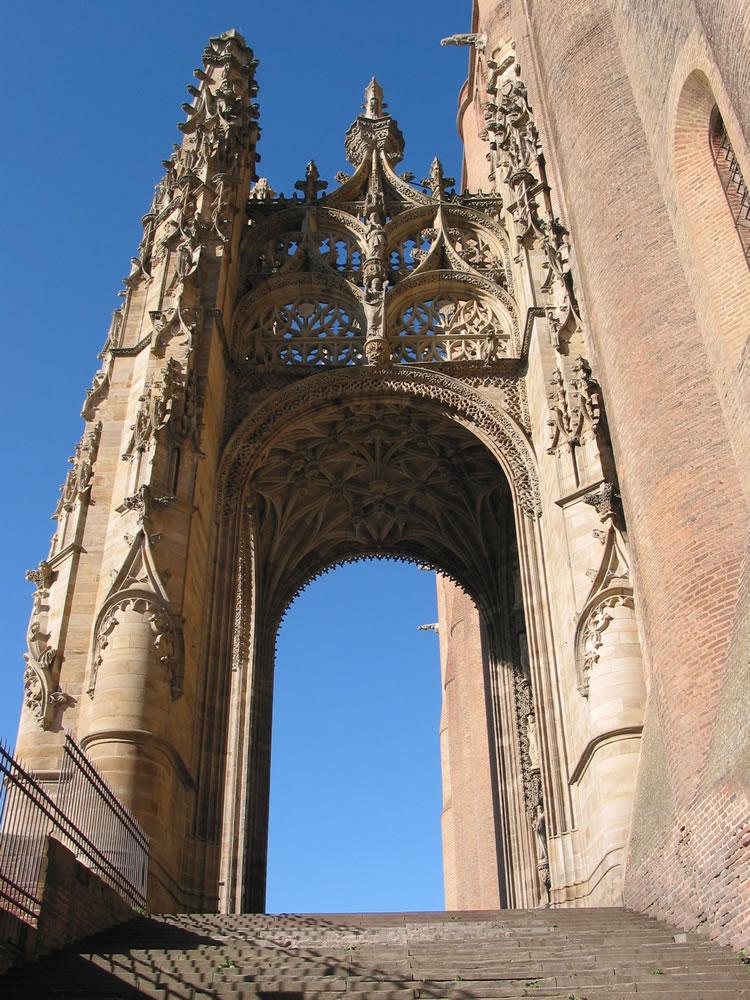 Die römisch-katholische Kathedrale Sainte-Cécile liegt in Albi, Frankreich und ist eine der größten Backsteinkirchen der Welt