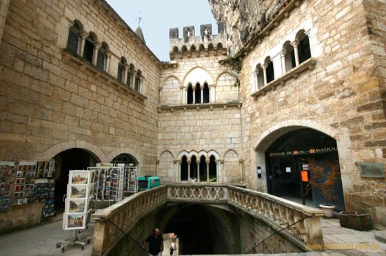 Rocamadour, eine kleine französische Gemeinde, liegt im äußersten Nordwesten der Region Midi-Pyrénées. Auf dem Gipfel befindet sich eine Burg.