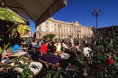 Die Sehenswürdigkeiten in Toulouse zu besichtigen kann anstrengend werden, da ist eine Pause in einem Café in Toulouse genau das richtige.