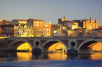 Blick auf Toulouse bei Sonnenuntergang. Toulouse (la ville rose - rosarote Stadt) liegt im Süden von Frankreich am Fluss der Garonne.
