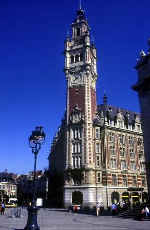 Das Rathaus und Rathausturm von Lille. Der 104 Meter hohe Turm überragt Lille und ermöglicht einen herrlichen Ausblick.