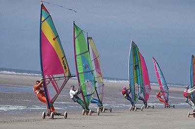 Windsurfen am Strand in Frankreich. Nur etwas für Menschen mit Erfahrung