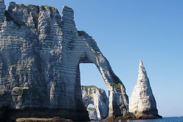 Der Kreidefelsen von Etretat bietet Besuchern eine grandiose Szenerie. Maler, Schriftsteller und Filmemacher waren ebenso von der Felsformation beeindruckt