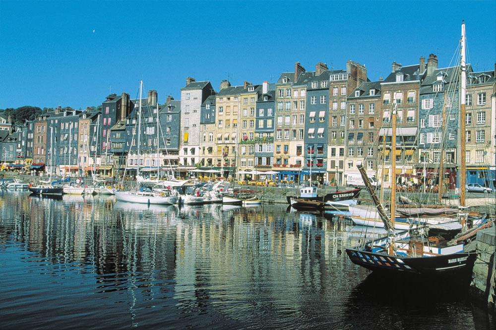 Malerischer Hafen von Honfleur, im Ferienort Côte Fleurie. Der Hafen bietet verschiedenste Freizeitaktivitäten und zahlreiche Veranstaltungen und Feste