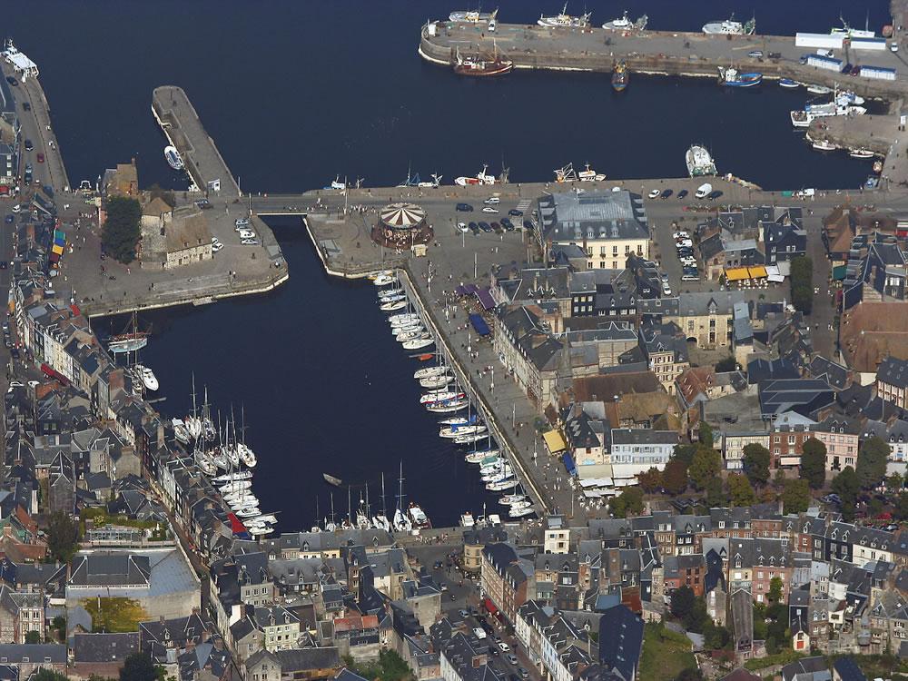 Honfleur ist eine kleine Hafenstadt, sowohl vom Meer und Flüssen umgeben.