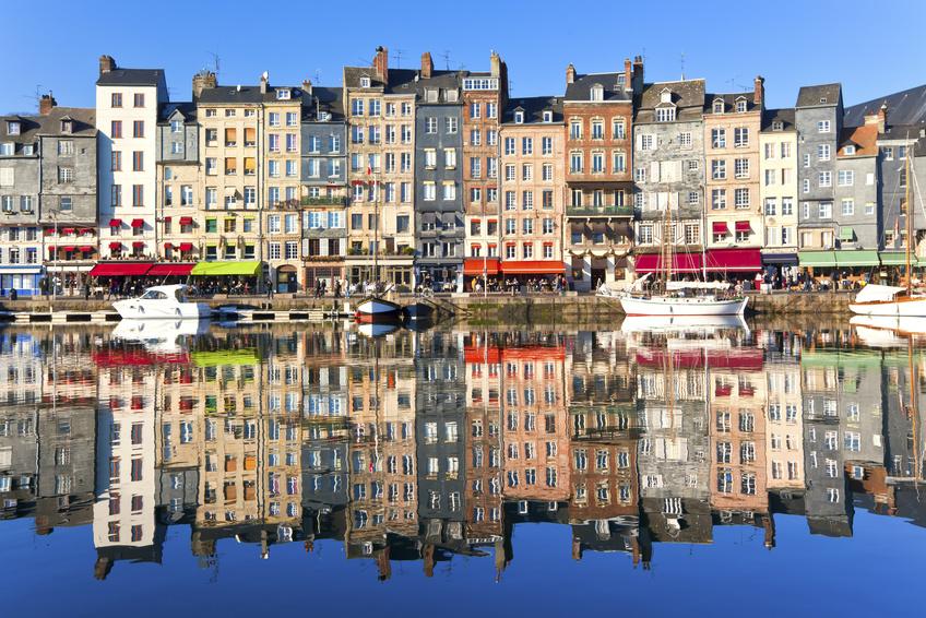 Der malerische Hafen von Honfleur in der Bretagne, Frankreich. Auch heute noch stehen Maler am Kai von Honfleur um das Panorma zu zeichnen