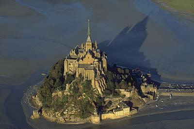 Der Mont Saint Michel ist das bekannteste Wahrzeichen in der Normandie