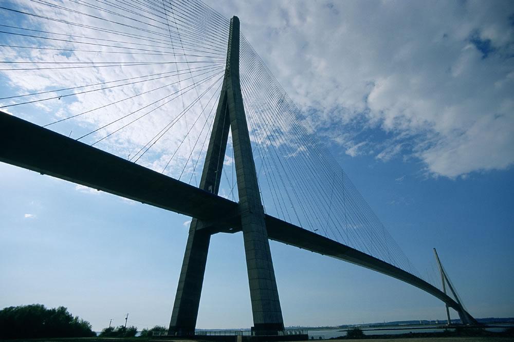 Die Pont de Normandie überquert die Seine-Mündung, zwischen Honfleur und Le Havre. Sie ist eine der längsten Schrägseilbrücken der Welt.