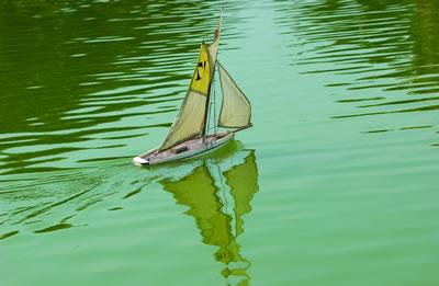Im Schlosspark Jardin du Luxembourg kann man auf dem kleinen See seine Miniatur Segelbote fahren lassen.
