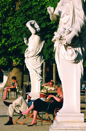Entspannen im Jardin des Tuileries. Der ehemalige Schlosspark Jardin des Tuileries ist im französischen Stil gehalten.