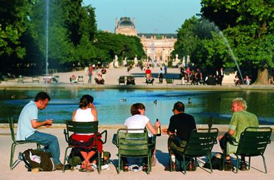 Gemütliches beieinander sitzen im Schlosspark Jardin des Tuileries. Die Parkanlage erstreckt sich vom Place de la Concorde bis zum Louvre