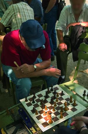 Im Jardin du Luxembourg kann man gut seine Freizeit verbringen und bei einer Partie Schach entspannen.