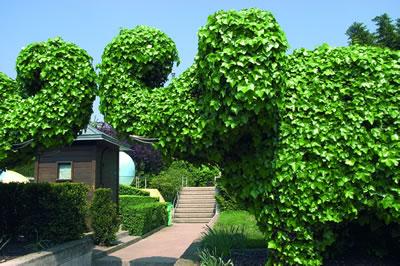Der Jardins des Halles in Paris ist ein Kinderfreundlicher Stadtgarten. Zwei Elefanten begrüßen die Besucher