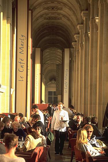 Das Café Marly in Paris. Beste Lage im Innenhof zum Louvre. Sie haben einen herrlichen Blick über die Glaspyramide