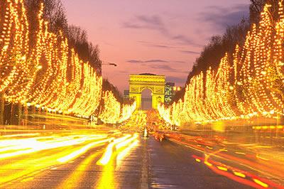 Die Champs Elysées in der Abenddämmerung zur Winterzeit. Am Ende sieht man schon den Triumphbogen.