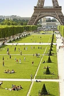 Blick auf den Eiffelturm und den Park im Sommer. Schönes Wetter lädt zum verweilen am Eiffelturm, Paris ein.