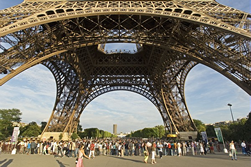 Der Eiffelturm ist eines der beliebtesten Sehenswürdigkeiten in Paris. Täglich strömen hunderte Urlauber zum Eiffelturm