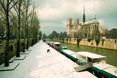 Paris im Winter ist ebenso einen Besuch wert wie im Sommer. An kalten Abenden kann man gemütlich durch Paris schlendern.