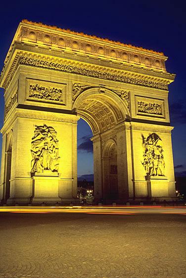 Der Pariser Triumphbogen auf der Place de l'Etoile am Ende der Champs Elysées. Er gehört neben dem Eiffelturm zu dem Wahrzeichen von Paris