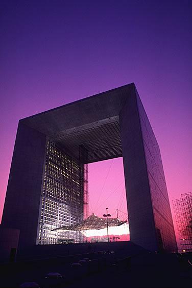 Die Grande Arche ist ein modernes Bauwerk in Form eines Triumphbogens in La Défense. Die Grande Arche wird im Dach auch als Büro genutzt