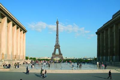 Der Eiffelturm ist 324 Meter hoch. Zu finden ist der Eiffelturm nahe dem Ufer der Seine im 7. Arrondissement