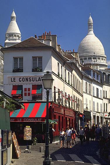 Der Hügel Montmartre ist die höchste natürliche Erhebung der Stadt. Im Hintergrund die Basilika Sacré-Cœur.