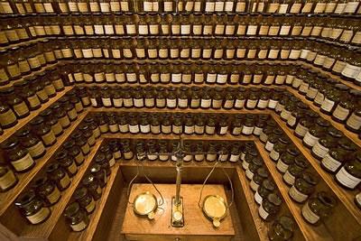 5000 Jahre Parfüm Geschichte. In Paris befindet sich das Musée du parfum, eine Reise durch die Epochen von der Antike bis zum Beginn des 20. Jahrhunderts