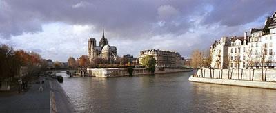 Panoramabild vom Notre Dame und der Seine in Paris. Rund Zwölf Millionen Menschen besuchen das Bauwerk Jahr für Jahr