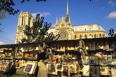 Im Hintergrund die Kathedrale Notre-Dame. Davor wie so oft in Frankreich zu finden, eine Künstler Ausstellung.