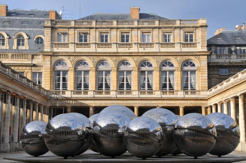 Das Palais Royal liegt im 1. Arrondissement von Paris und blickt auf eine bewegte Vergangenheit mit zahlreichen französischer Persönlichkeiten zurück