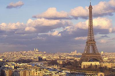 Ein beeindruckender und herrlicher Blick über die ganze Stadt Paris und auf den Eiffelturm bei Sonnenuntergang