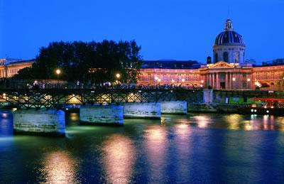 Der Pont des Arts und rechts der Louvre. die Fußgängerbrücke wird auch Passerelle des Arts genannt.