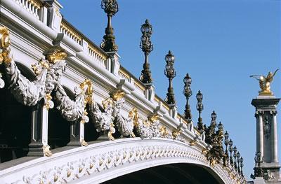 Die Pont Alexandre III ist 160 Meter lang und führt über die Seine in Paris. Die Brücke gilt als die eindrucksvollste ihrer Epoche.