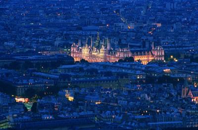 Eine beeindruckende Luftaufnahme des Pariser Rathaus bei Nacht. Das Rathaus steht im 4. Arrondissement an der Rue de Rivoli in Pairs