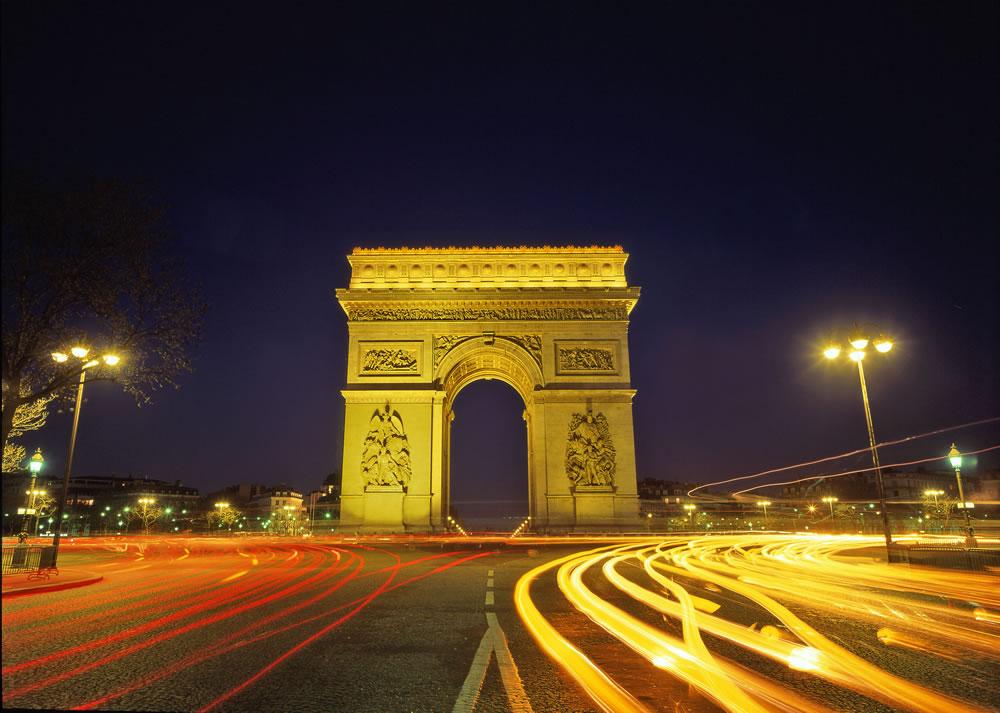 Ein Gang durch Paris führt unwillkürlich am Triumphbogen vorbei. Er befindet sich am Ende des wichtigsten Einkaufsboulevards, der Avenue des Champs-Élysées