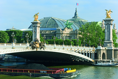 Der Grand Palais in Paris. Ein für die Weltausstellung im Jahr 1900 errichtetest Ausstellungsgebäude. Im Vordergrund die Pont Alexandre III