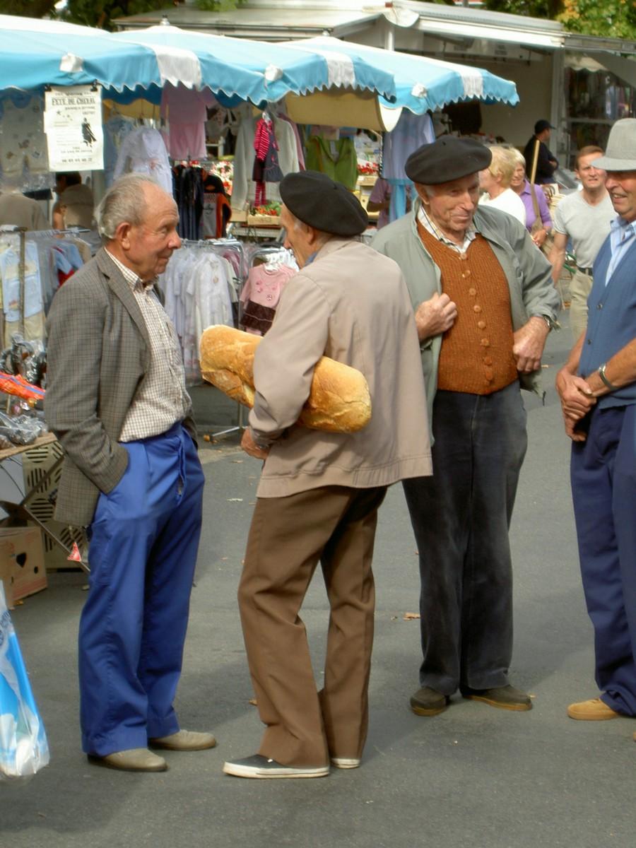 Auf dem Markt in Thiviers, Hauptstadt des grünen Perigord. Treffpunkt für einen kleinen Plausch.