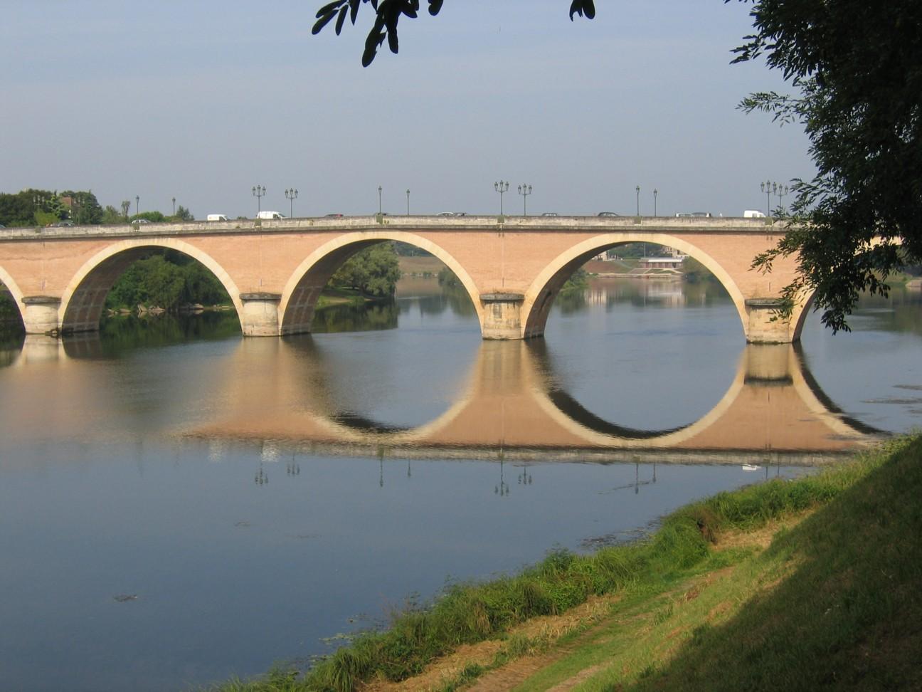 Durch das Périgord im Département Dordogne im Südwesten von Frankreich in der Nähe von Bordeaux fließt der Fluss Dordogne.