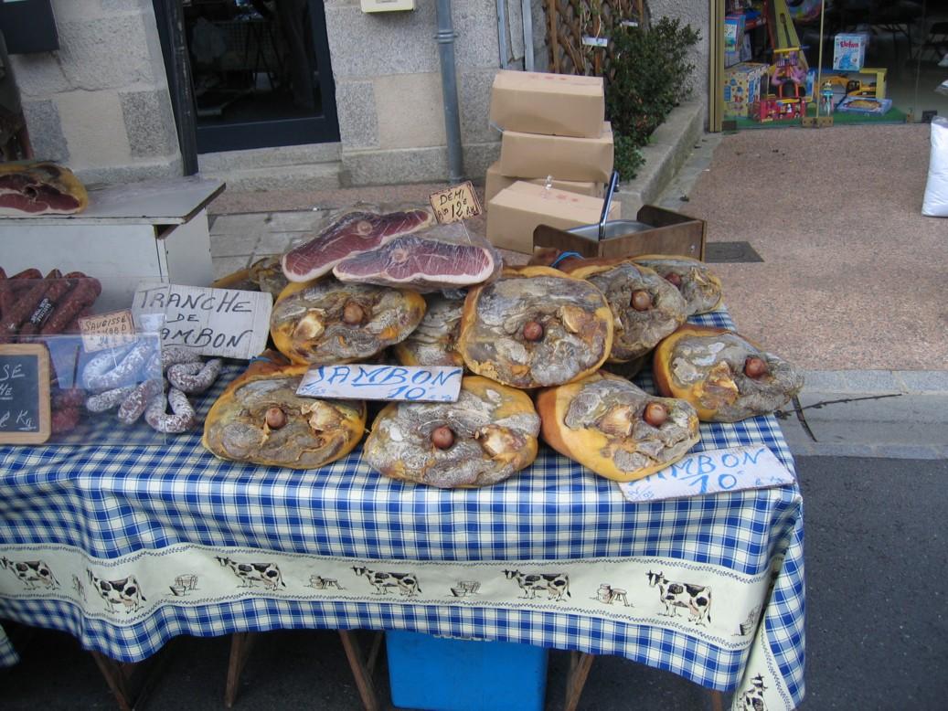 Auf dem Markt in Thiviers, Hauptstadt des grünen Perigord. Schinken in allen Grössen.