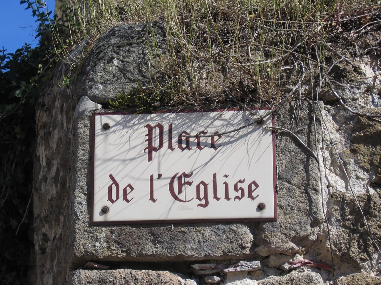 Das Schild Place de l'eglise, aufgenommen irgendwo in dem beschaulichen und schönen Périgord in Frankreich.